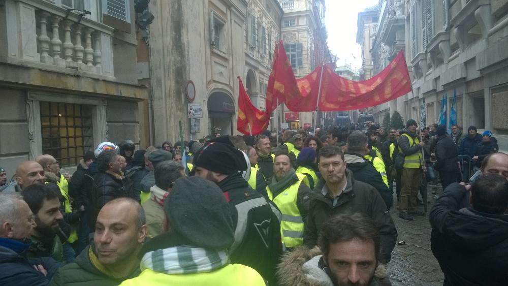 GENOVA Lavoratori AMIU in lotta. Slitta la privatizzazione